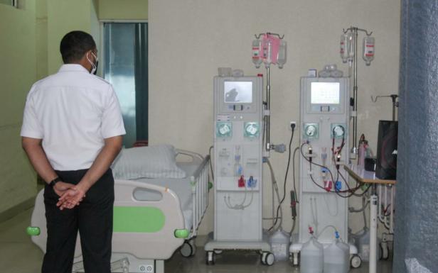 Wagub Sumbar Audy Joinaldy saat meninjau tempat tidur untuk pasien COVID-19