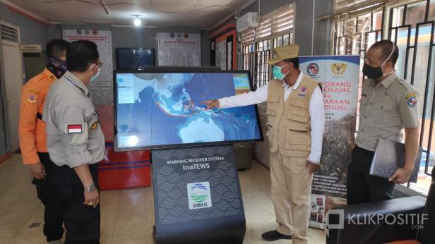 Bupati Irfendi Arbi saat meninjau alat deteksi gempa dan tsunami di Kantor BPBD Lima Puluh Kota