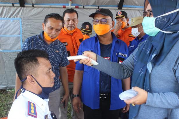 Suasana pemeriksaan suhu tubuh di Posko Perbatasan Kabupaten Pasbar-Propinsi Sumut di Kecamatan Ranah Batahan