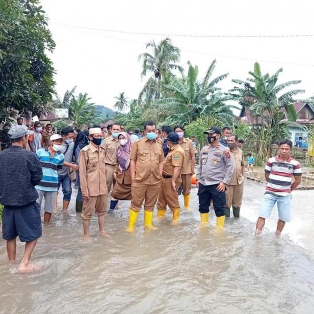 Bupati Pessel, Rusma Yul Anwar saat meninjau langsung bencana banjir di Tapan