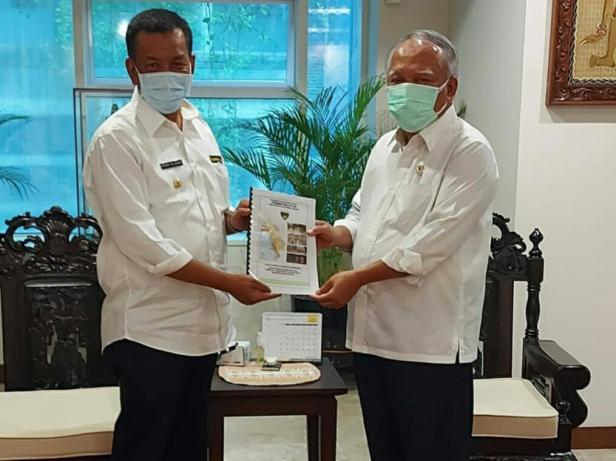 Bupati Pessel, Rusma Yul Anwar saat menyerahkan permohanan ke Mentri PUPR, Basuki Hadimuljono di ruang kerjanya di Jakarta