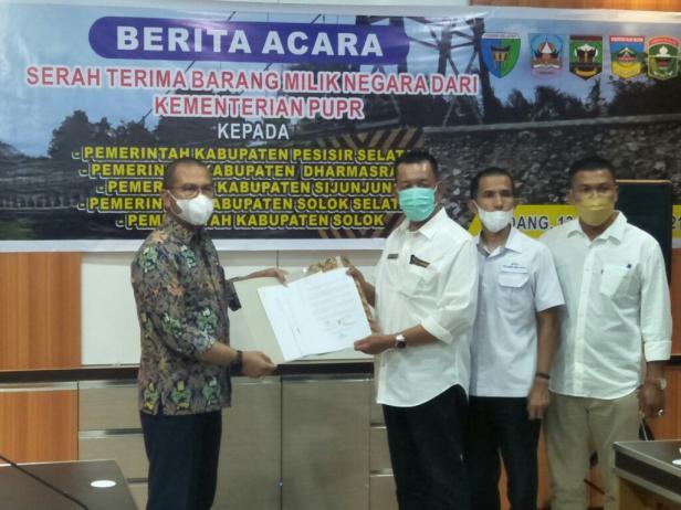 Bupati Pessel, Rusma Yul Anwar saat menerima naskah hibah jembatan gantung Langgai di Kantor Satker PJN Sumbar, di Padang