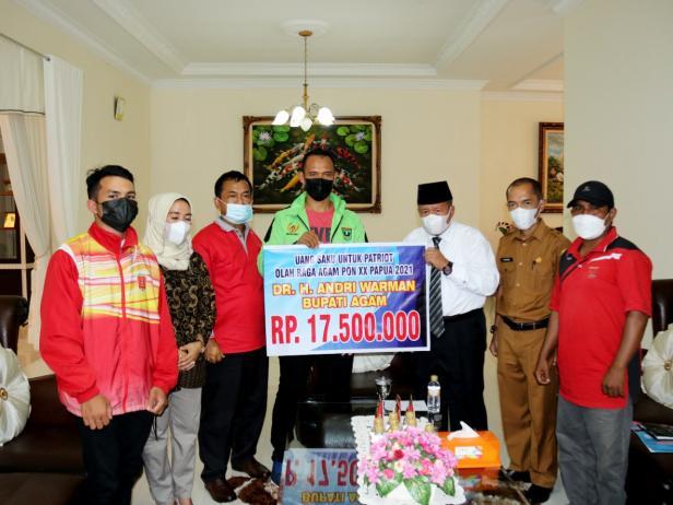Bupati Agam memberikan uang saku bagi atlet Agam yang tampil di PON Papua