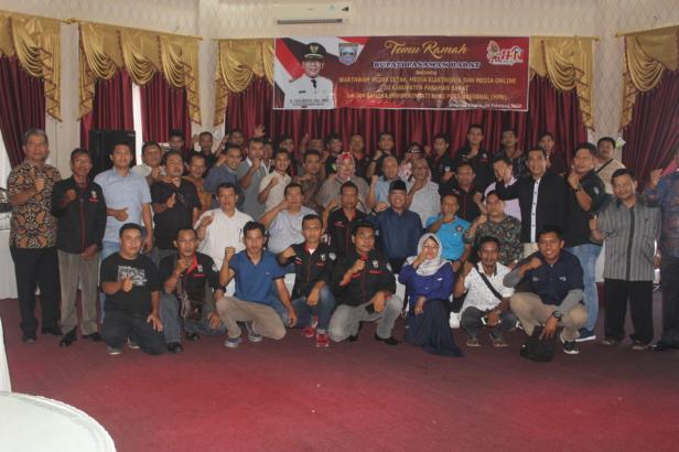 acara temu ramah bersama rekan media yang dilaksanakan di kediaman rumah dinasnya pada Minggu (16/2)
