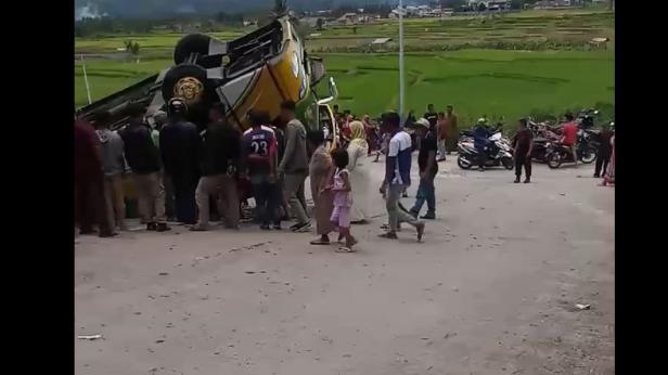 Bus penumpang terbalik di jalan menuju objek wisata Chinangkiek Singkarak