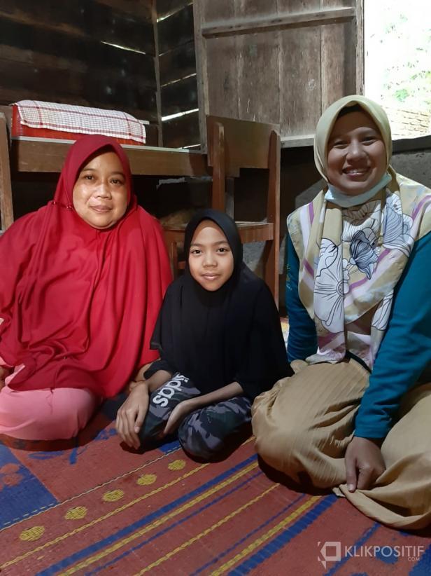 Pendamping PKH Lady Sriwahyuni (kanan) bersama Husnul Khotimah (tengah) dan orang tuanya Osniati