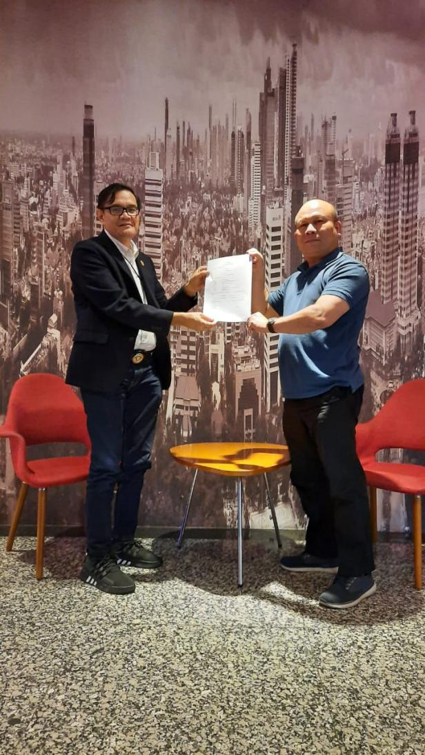 Jon Matias dan Jufrial usai menandatangani surat mandat untuk LO beberapa waktu lalu.