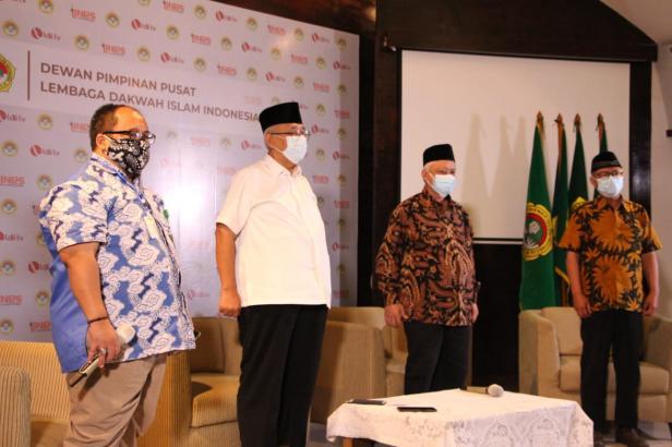 Ketua Umum DPP LDII KH Chriswanto Santoso (baju putih) memperingati World Cleanup Day 2021