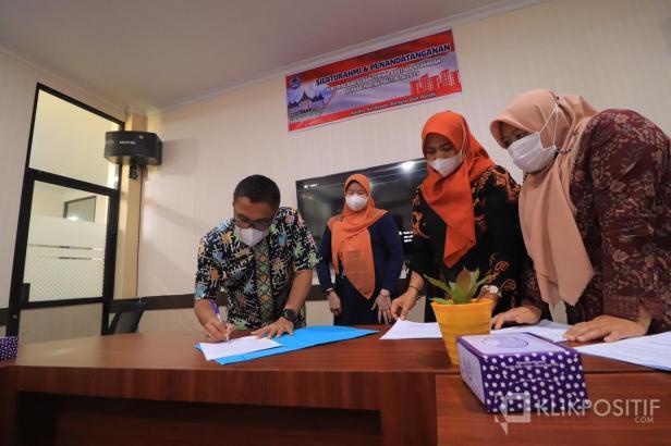 Sekda Payakumbuh Rida Ananda tanda tangani berita acara serah terima Bantuan Keuangan Parpol