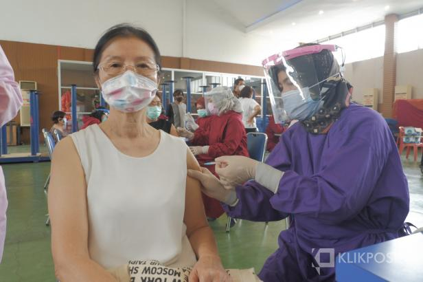 Seorang Lansia di Kota Padang melakukan vaksinasi