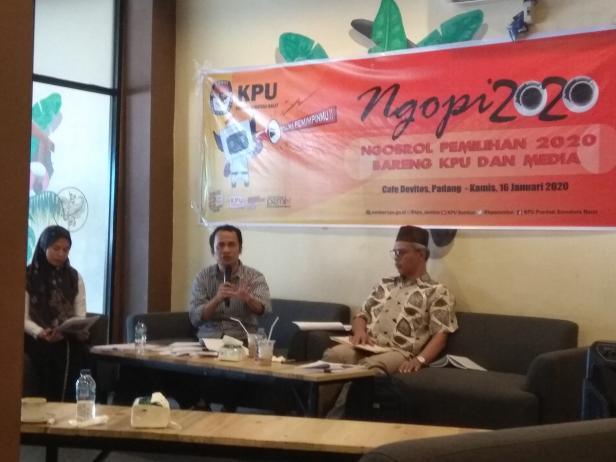 Komisioner Divisi Sosialisasi dan Pendidikan Pemilih KPU Sumatera Barat, Gebril Daulai bersama Komisioner Divisi Teknis KPU Sumatera Barat, Izwaryani.
