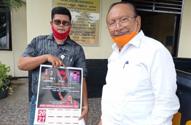 Mantan Bupati Pasaman Barat, Baharuddin R (baju putih) bersama Pengacaranya Andreas Ronaldo sambil menunjukkan kalender yang dimaksud