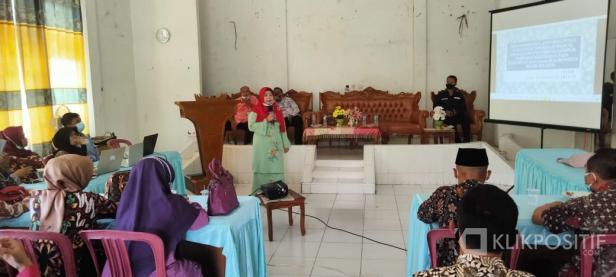 Kepala DP2KBPP &PA Solok Selatan Lora Ayahanda Putri Memaparkan Perbub 21 tahun 2021 dan website Padusi di Aula kantor camat Sangir
