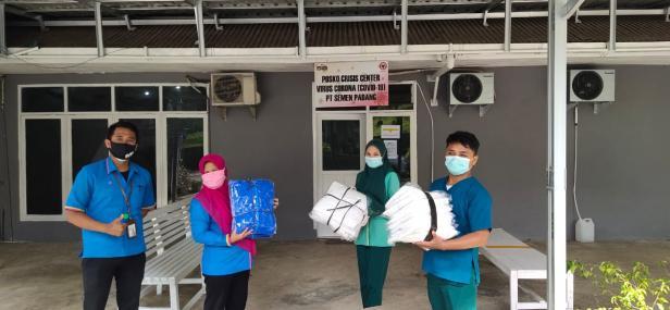 Petugas medis dari SPH foto bersama usai menerima APD dari perantau Minang.
