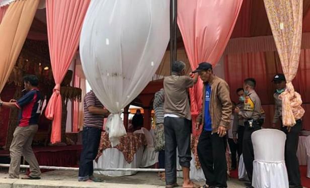 Polisi membubarkan pesta Baralek di Nagari Paninjauan, Kecamatan X Koto, Tanah Datar