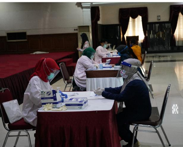 Karyawan PT Pegadaian melakukan rapid tes