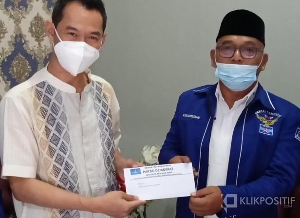 Ketua DPC Partai Demokrat Pasbar Yulianto (kanan) saat menyampaikan surat pengaduan dan perlindungan hukum ke Kapolres Polres AKBP Sugeng Hariadi, Jumat, 2 April 2021.