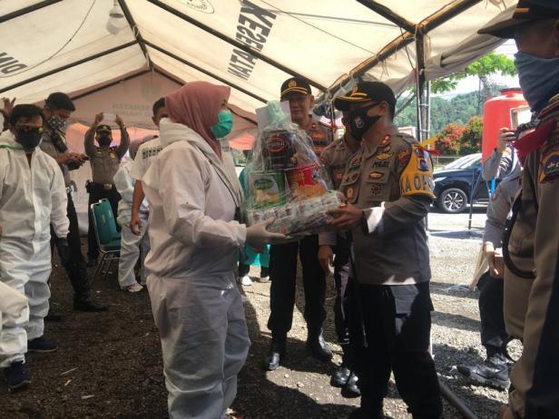 Kapolres Padang Panjang Apri Wibowo menyerahkan parsel Lebaran kepada petugas di Posko COVID-19