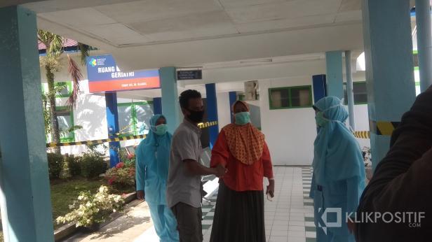 Aswiliarti Saat Disambut Suaminya di RSUP Dr M Djamil Padang