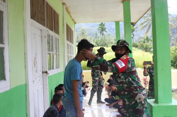 Personel TMMD saat sosialisasi protokol kesehatan di Pancung Taba