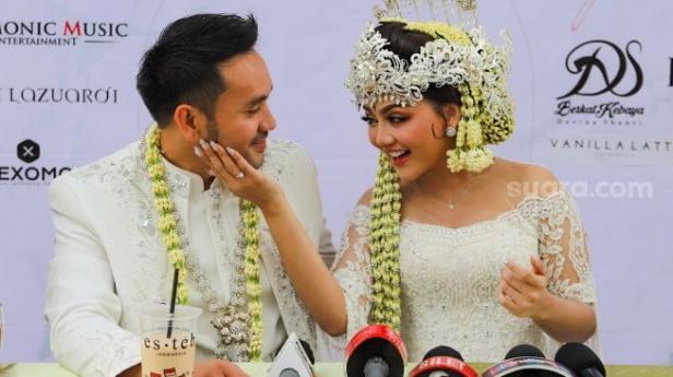 Pedangdut Jenita Janet dan suaminya, Danu Sofwan saat menggelar konferensi pers usai melangsungkan pernikahan di Green Forest Resort, Bandung, Jawa Barat, Rabu (11/11).