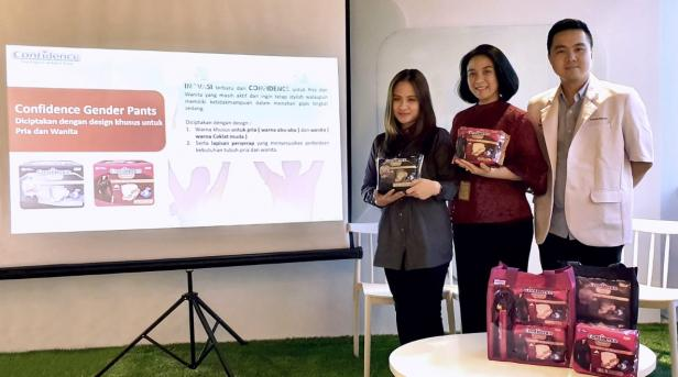 Nirma Sofiawati, Head of Marketing Adult Care PT. Softex Indonesia (tengah) dalam acara Launching Confidence Adult Pants Gender