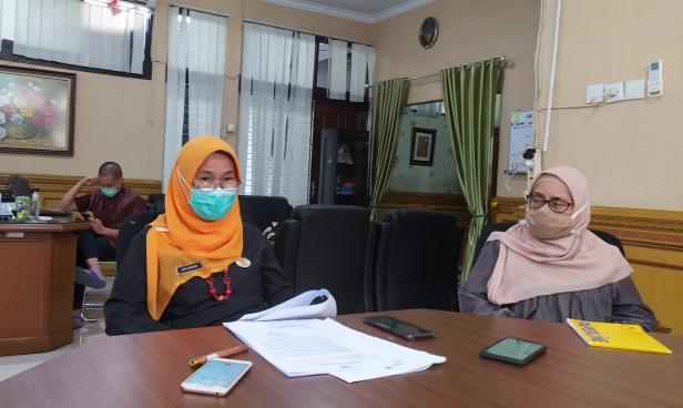 Kadis DLH Sumbar Siti Aisyah dan Sekretaris DLH Sumbar Novarita