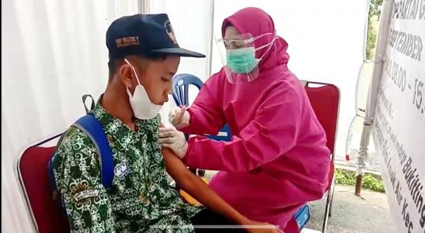 Salah seorang warga Bukittinggi mengikuti vaksinasi yang digelar di Kantor DPC Partai Gerindra Bukittinggi.