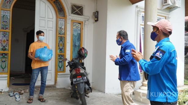 Ketua DPC Demokrat Ady Suryatama bersama Sekretaris DPC Andrifal menyerahkan bantuan sembako kepada warga yang sedang menjalani isolasi mandiri di Kota Payakumbuh, Sabtu (28/08/2021).