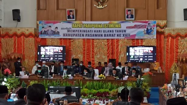 Suasana saat sidang paripurna istimewa DPRD Pasaman Barat di Gedung Palemen Padang Tujuh