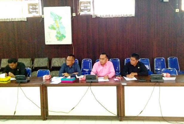 Rapat gabungan di tiga komisi DPRD Pasaman dengan beberapa OPD Kabupaten Pasaman dipimpin oleh Wakil Ketua DPRD Pasaman, Danny Ismaya di ruang rapat komisi 3 DPRD Pasaman, Senin (17/2/2020).
