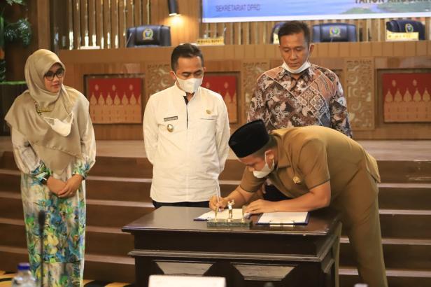 Ketua DPRD Pessel, Ermizen saat menandatangani nota kesepatan KUPA-PPAS Perubahan APBD 2021