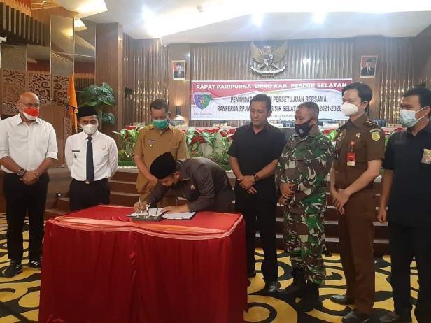 Ketua DPRD Pessel, Ermizen saat menandatangani persetujuan RPJMD 2021 disaksikan Bupati Rusma Yul Anwar dan Wakil Bupati