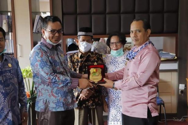 Wawako Solok, Reinier menyerahkan cinderamata pada rombongan DPRD Sarolangun.