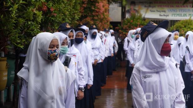 Siswa menggunakan masker di sekolah