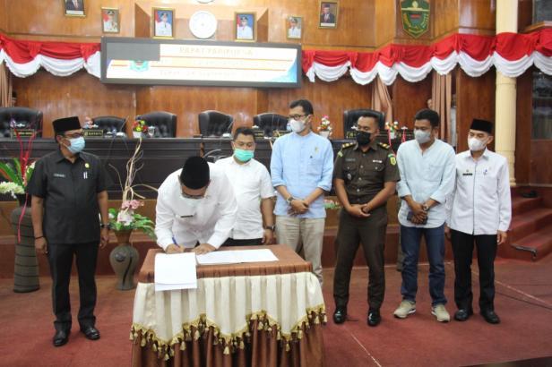 Bupati Solok, H. Epyardi Asda menandatangani berita acara persetujuan APBD Perubahan tahun 2021