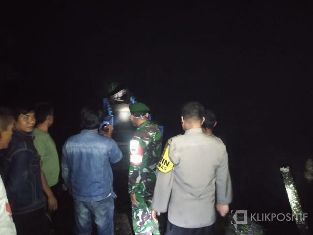 Masyarakat bersama TNI dan Polri saat melakukan pengecekan ke Jembatan penghubung ke Lapangan Bola di Kecamatan Akabiluru.