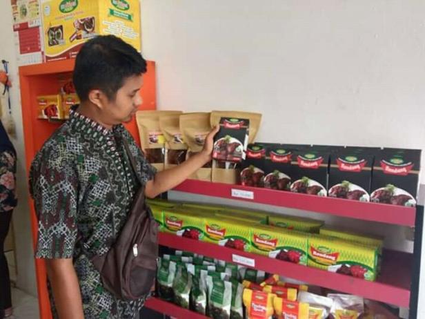 Ketua Forum Usaha Mikro Kecil dan Menengah, Ade Media Putra di tempat usaha nya yang sepi pembeli