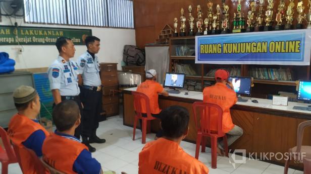 Kalapas Payakumbuh Muhammad Kameily saat meninjau pelaksaan kunjungan online yang dilakukan oleh warga binaan di ruang kunjungan online.