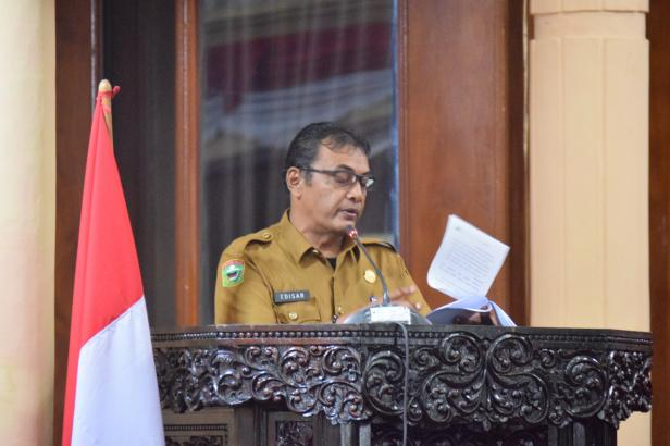 Plh. Sekda Kabupaten Solok, Edisar menyampaikan jawaban pemerintah terhadap pandangan umum fraksi terkait perubahan APBD tahun 2021