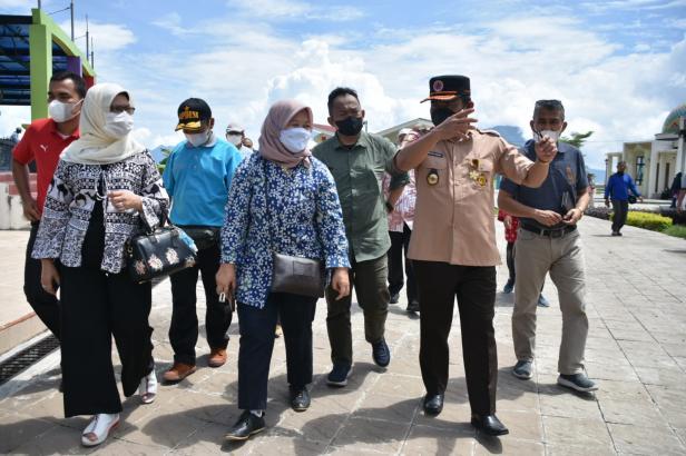 Deputi Bidang Koordinasi Pengelolaan Lingkungan dan Kehutanan Kemenko Marves, Nani Hendiarti meninjau Danau Maninjau
