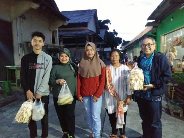 Ruwiyati (dua dari kanan) dan anak bungsunya (tengah) bersama Aqua Dwipayana dan keluarganya di Pasar Melati Kopeng Salatiga.