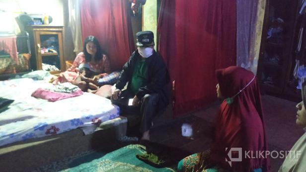 Wakil Bupati Ferizal Ridwan saat di rumah Balita malang yang terkena siram air panas.