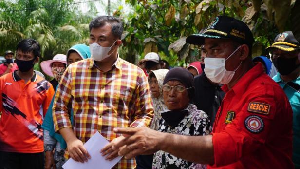 Bupati Dharmasraya Sutan Riska Tuanku Kerajaan bersama Ketua DPRD Dharmasraya Paryanto kunjungi salah seorang masyarakat yang mendapat musibah kebakaran rumah, sekaligus menyerahkan bantuan.