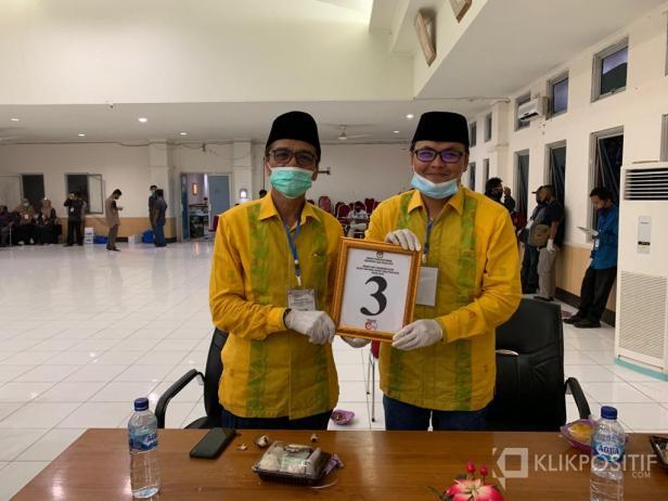Pasangan calon bupati Safarudin dan wakil bupati Lima Puluh Kota Rizki Kurniawan Nakasri memperlihatkan nomor urut 3 saat pengundian di Aula Bupati Lima Puluh Kota.