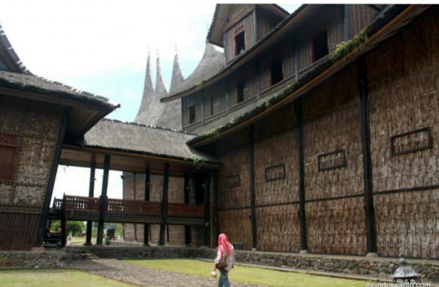 Dapur Istana Basa Pagaruyung dibuat terpisah dengan bangunan utama dan dihubungkan dengan selasar.
