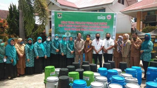 PT Semen Padang saat menyerahkan alat pengelolaan sampah di Pasaman