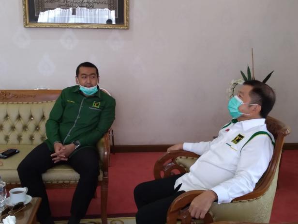 Calon Wakil Gubernur Sumbar Audy Joinaldy berbincang dengan Plt Ketum PPP Suharso yang datang, Minggu (22/11/2020)