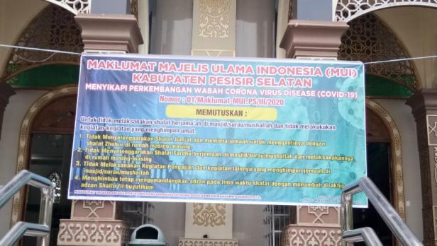 Keputusan Maklumag MUI Pessel dipasang di salah satu Masjid di Painan