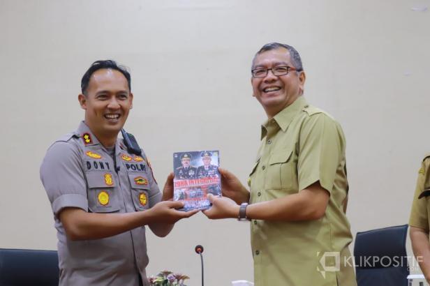 Riza Falepi (kanan) saat menerima buku Zona Integritas dari Kapolres, AKBP Dony Setiawan.